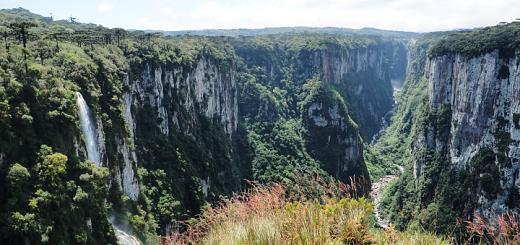 Salto Prea (on the left) at Parque Nacional Aparados da Serra.